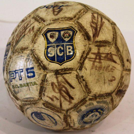 Ballon dédicacé du SCB visible au Musée virtuel du football bastiais
